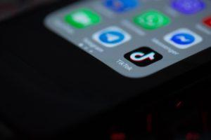 Pantalla de smartphone con aplicaciones, con resaltado en TikTok como una aplicación