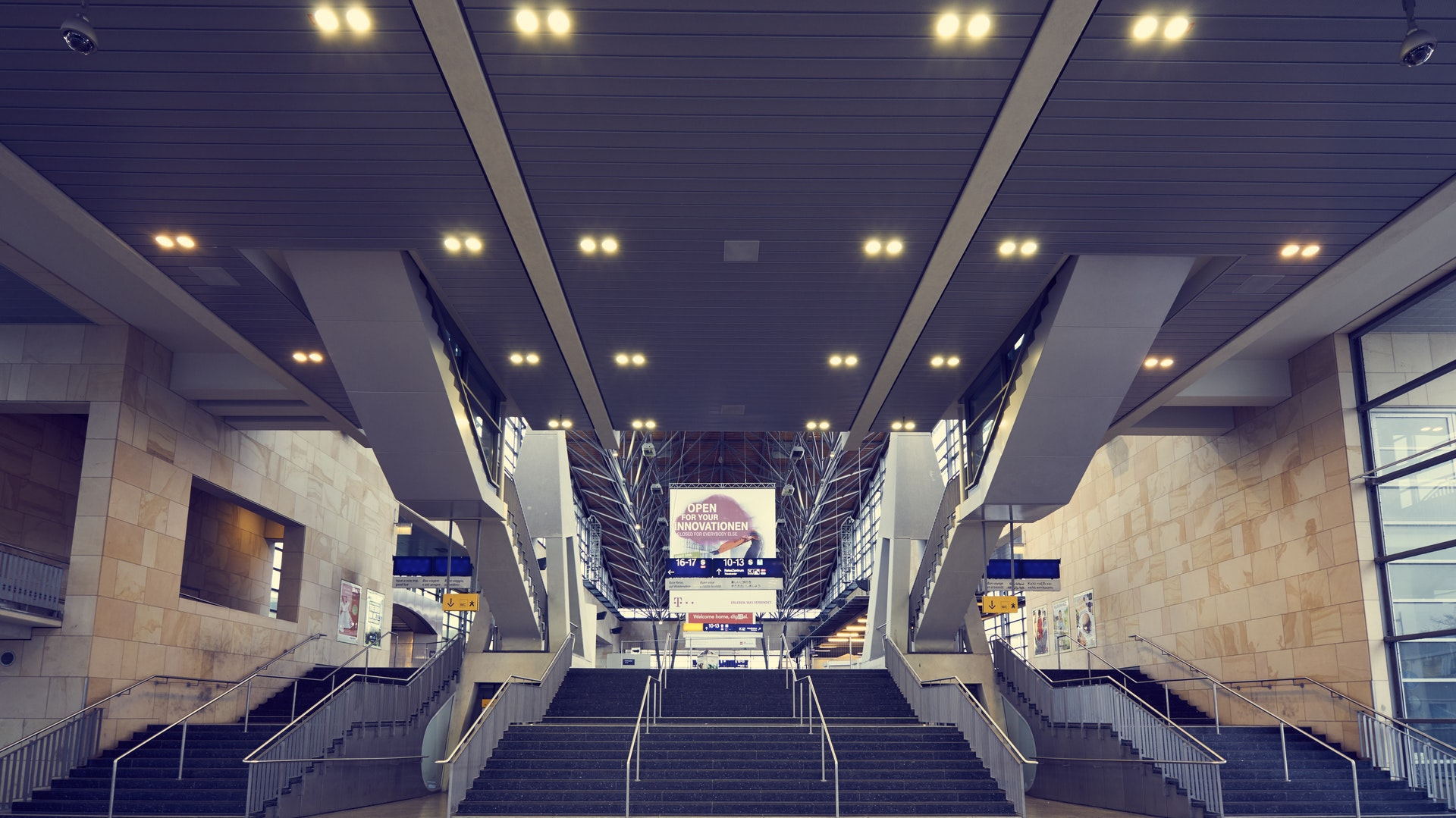 Airport digital signage : Digital billboard